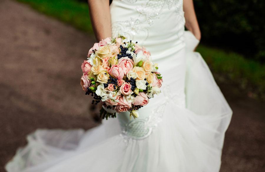 Bride and flowers - عروس ، بایدها و نبایدهای قبل از جشن