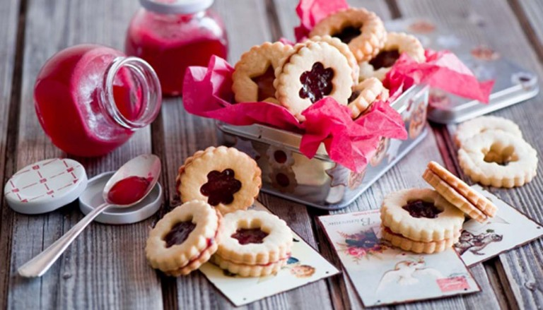 biscuits pastry pechene 2219 768x439 - انواع جالب شیرینی جشن عروسی برای پذیرایی از مهمانان