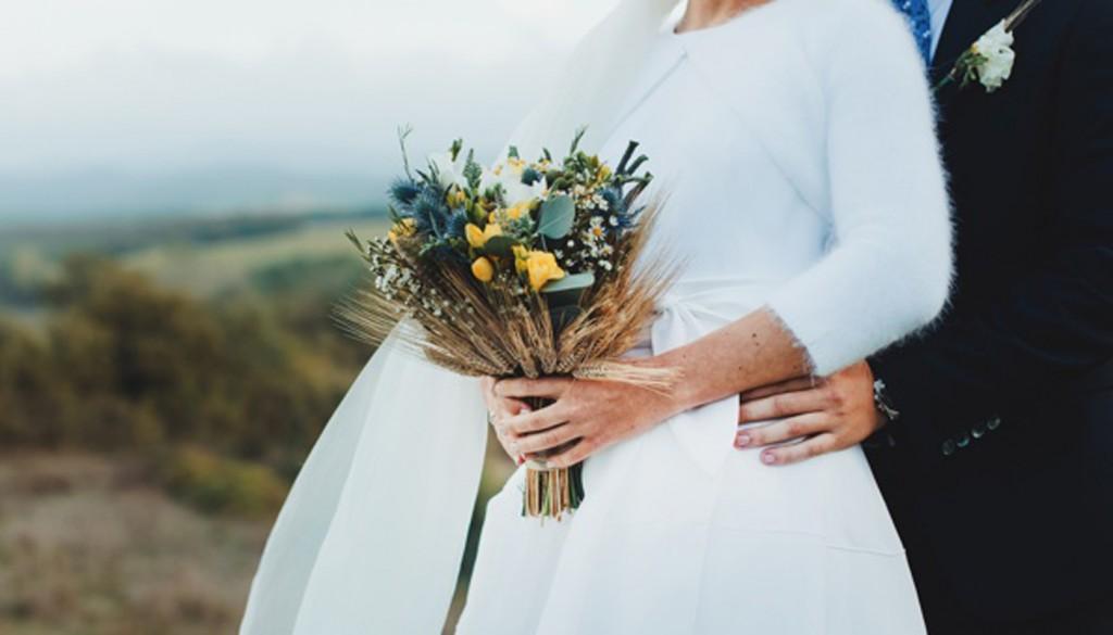 buket svadebnyy zhenih nevesta 1024x585 - عکس عروسی و نکاتی که باید در مورد آن بدانیم