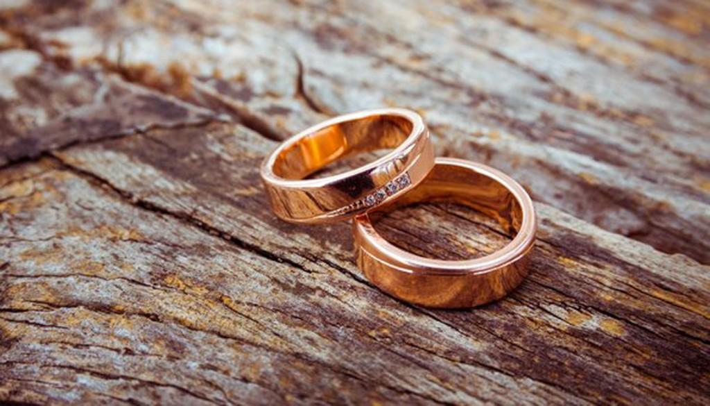 engagement rings wood metal 1024x585 - چگونه از حلقه ازدواج خود محافظت کنیم