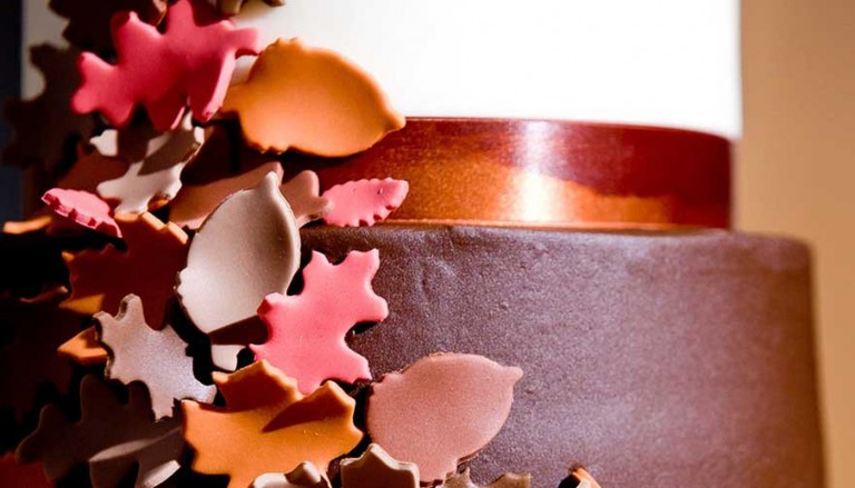 fall wedding cakes that wow featured 1200x500 768x439 - فوایدی که برگزاری عروسی کم خرج برایمان خواهد داشت