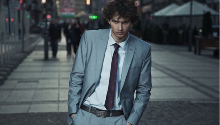 muzhchina paren vzglyad kostyum 768x439 - مدل کت و شلوار مردانه مخصوص آقا داماد های شیک پوش