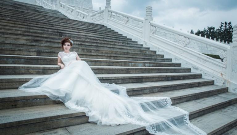 stupenki devushka nevesta 736 768x439 - چرا لباس عروسی معمولا به رنگ سفید انتخاب میشود؟
