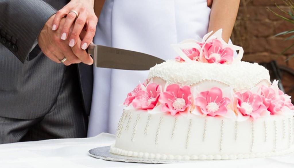 svadba brak zhenih nevesta 1024x585 - چگونه یک کیک عروسی خوب انتخاب کنیم