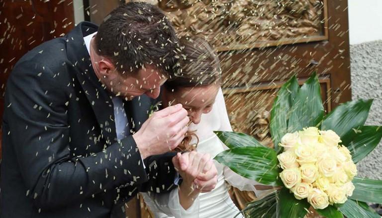 wedding exit photo ideas featured 768x439 - برگزاری مراسم عروسی در زمستان ؛ کارهایی که باید انجام بدهید