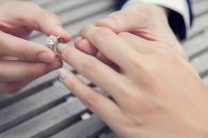 خرید حلقه ی نامزدی به چه نکاتی باید توجه کرد؟ ring color 300x200 - حلقه ی نامزدی باید چه ویژگی هایی داشته باشد؟