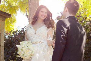 oversize bride happy 12 300x203 - در انتخاب لباس عروس برای افراد چاق به این موارد دقت کنید