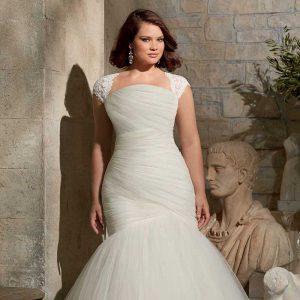 oversize wedding dress show your beauty 300x300 - در انتخاب لباس عروس برای افراد چاق به این موارد دقت کنید