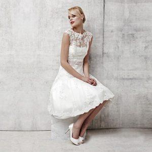 sleevless wedding dress for petite bride 300x300 - بهترین لباس عروس برای افراد قد کوتاه کدام ها هستند؟