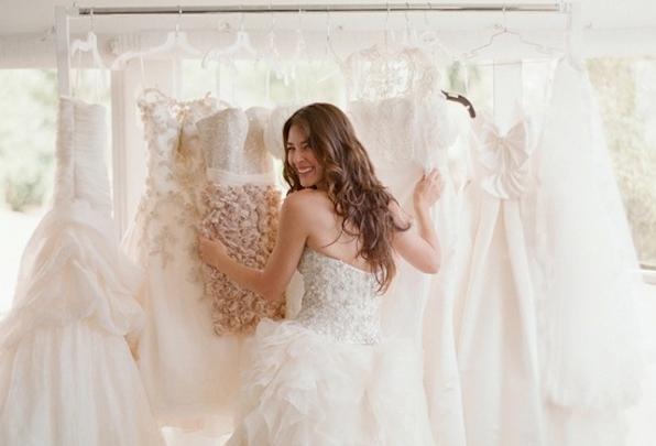 wedding dress shopping bride choosing wedding dress Elizabeth Messina 596x405 - لباس عروس مناسب اندام شما کدام هست؟