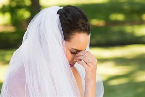 worried bride 500x333 - مراقب این اشتباهات در جشن عروسی خود باشید!