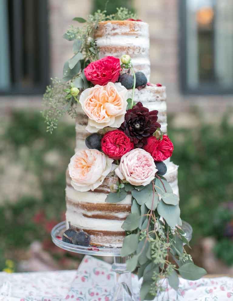 با تزیین گل - مدل کیک عروسی ساده برای عروس خانمهای ساده پسند