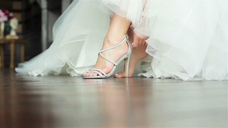 Glamorous Bridal Shoes Ideas10 - حل مشکل کفش پاشنه بلند برای عروس خانم ها