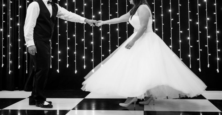 bride grooms first dance studios fischer 780x405 - چرا رقص دو نفره عروس و داماد مهم است؟