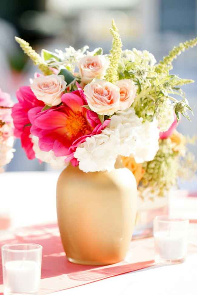 bright spring wedding centerpices with painted gold vases - ۲۳ ایدهی جالب برای گل آرایی مراسم عروسی