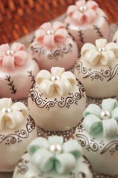 e234af1e59f1ee72a3ee32b0507a6fe1 - انواع جالب شیرینی جشن عروسی برای پذیرایی از مهمانان