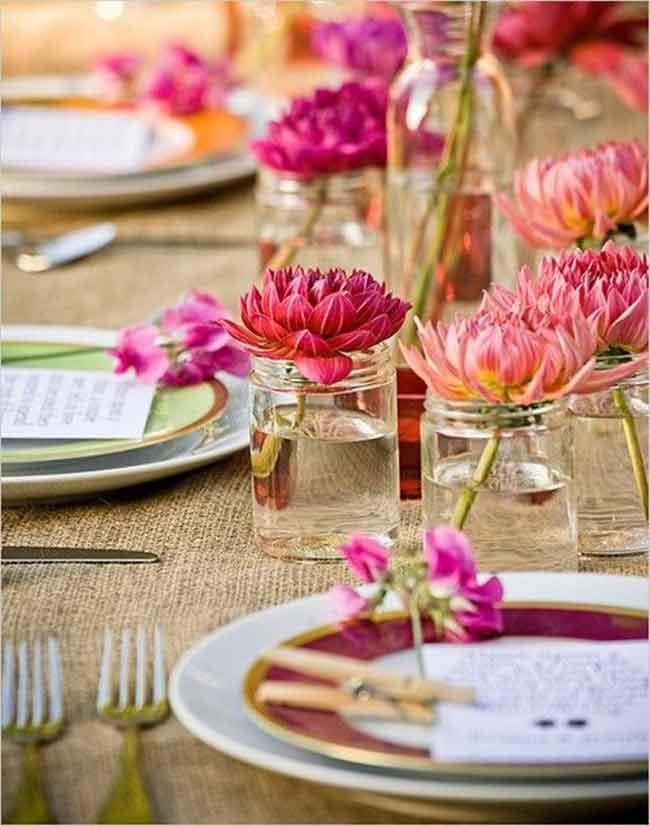 pretty dahlias in jam jars simple wedding table centerpices - ۲۳ ایدهی جالب برای گل آرایی مراسم عروسی