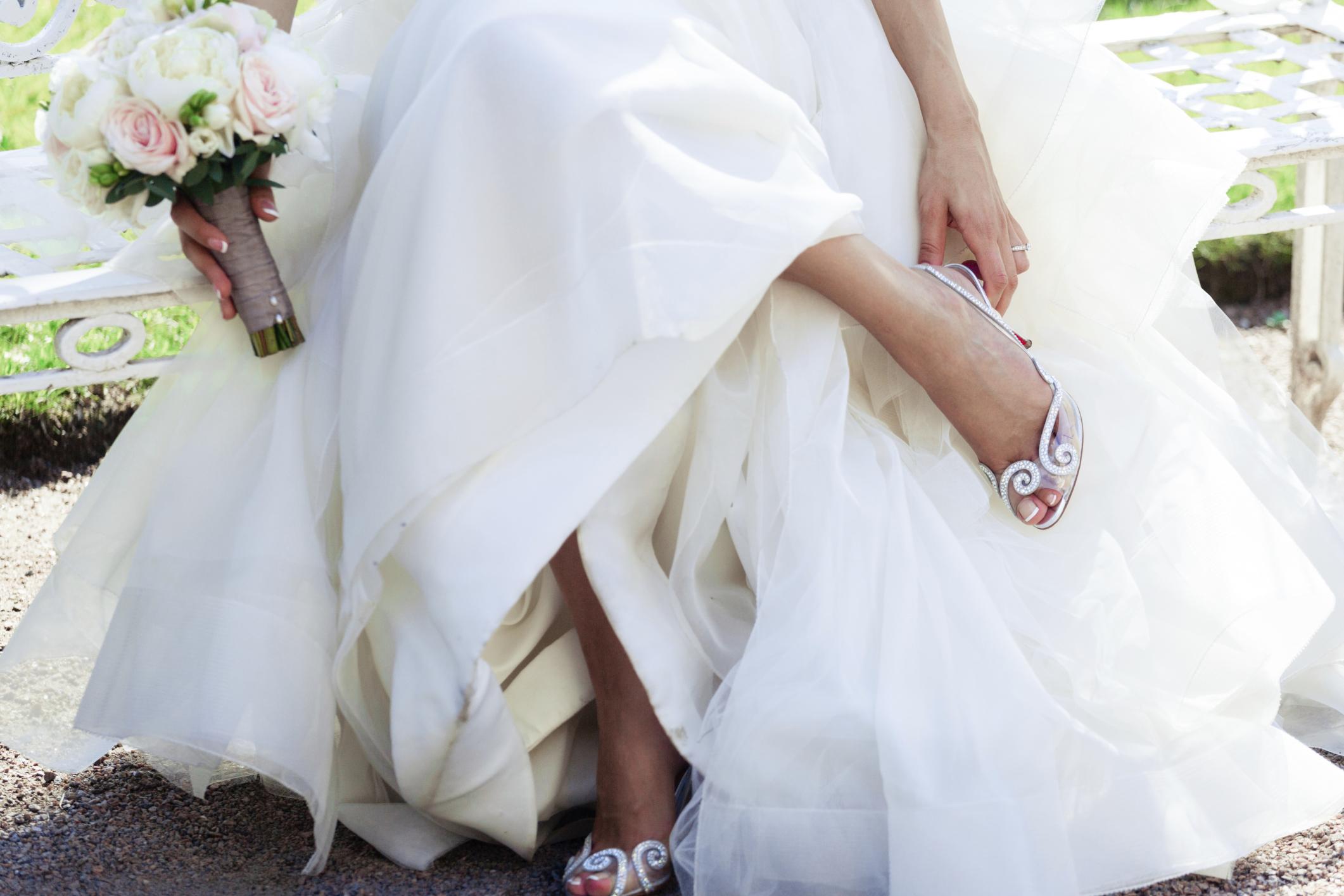 shoes for a wedding dress 1 - حل مشکل کفش پاشنه بلند برای عروس خانم ها