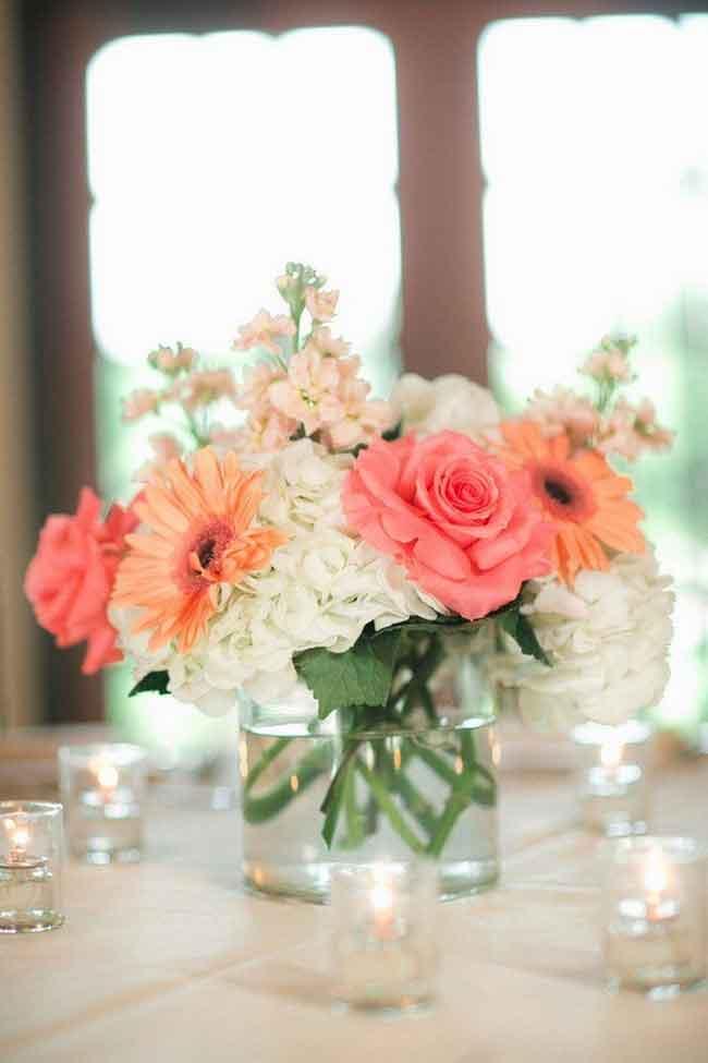 simply elegant coral wedding centerpieces with hydrangea and roses - ۲۳ ایدهی جالب برای گل آرایی مراسم عروسی