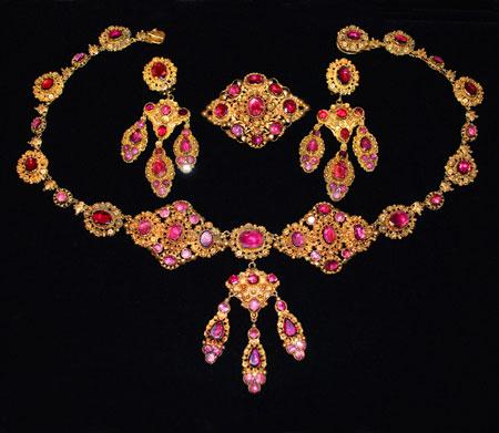 3 - سرویس طلا به همراه گردنبند طلا و دستبند طلا