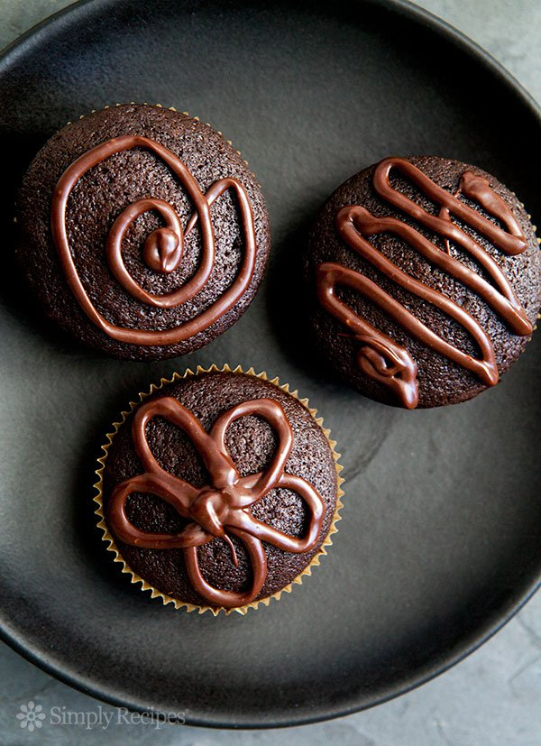 super easy super moist chocolate cupcakes vertical b 600 - طرز تهیه مافین شکلات