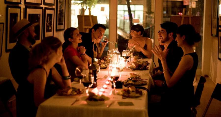 Dinner Party 900x480 - چطور یک مهمانی رویایی بگیریم که همه را غافلگیر کند؟