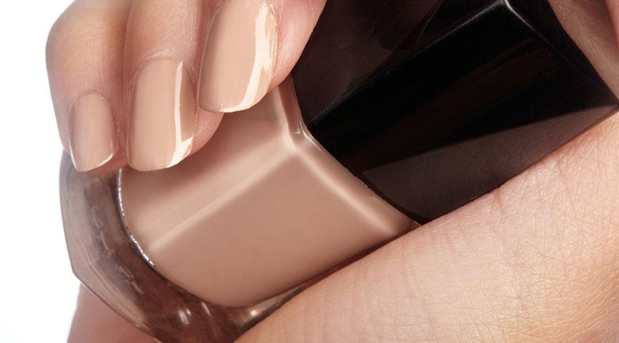 beige nail polish color - کدام رنگ لاک برای پوست شما در میهمانی جذاب تر است؟