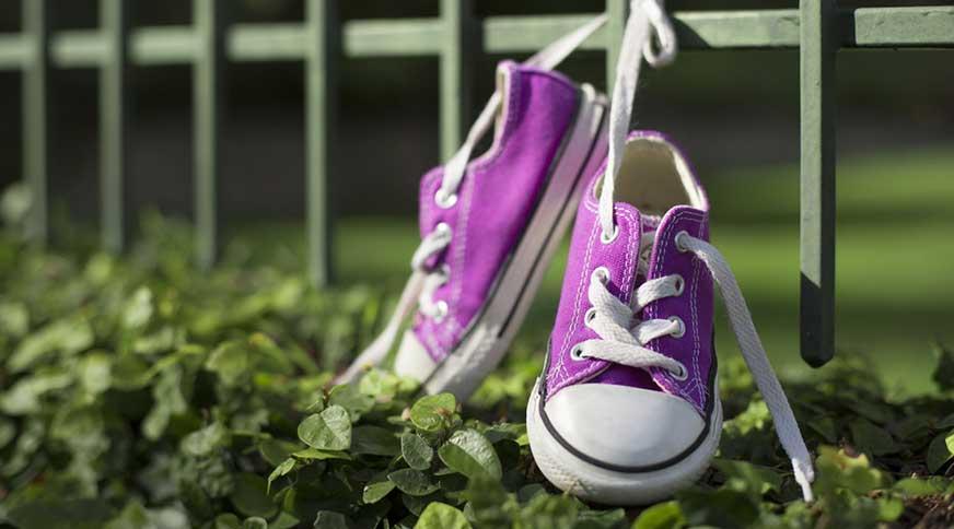 girl purple converse sneakers - پیشنهاد خرید کفش دخترانه برای میهمانی باشکوه