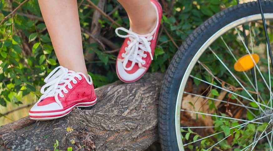 girl red sneakers - پیشنهاد خرید کفش دخترانه برای میهمانی باشکوه