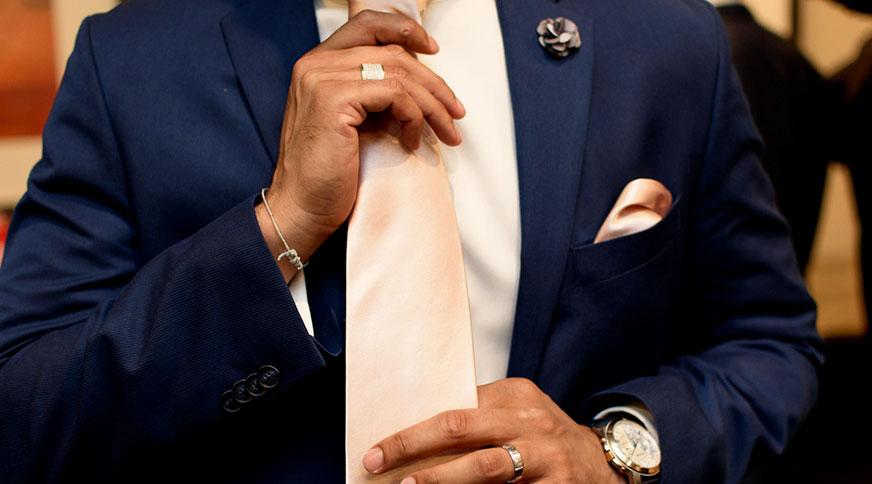 men accessories silk tie style - اکسسوریهای مردانه از کمربند چرم تا دکمه سر دست برای یک میهمانی با شکوه