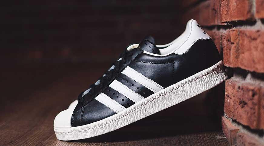 men classic sneakers - پیشنهاد کفش مردانه برای تابستان و شرکت در میهمانی های تابستانه