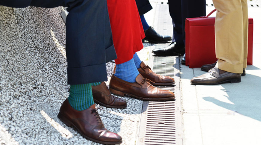 men colorful socks style 1 - اکسسوریهای مردانه از کمربند چرم تا دکمه سر دست برای یک میهمانی با شکوه