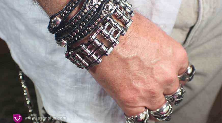 overusing accessories - زیورآلات مردانه برای شرکت در میهمانی