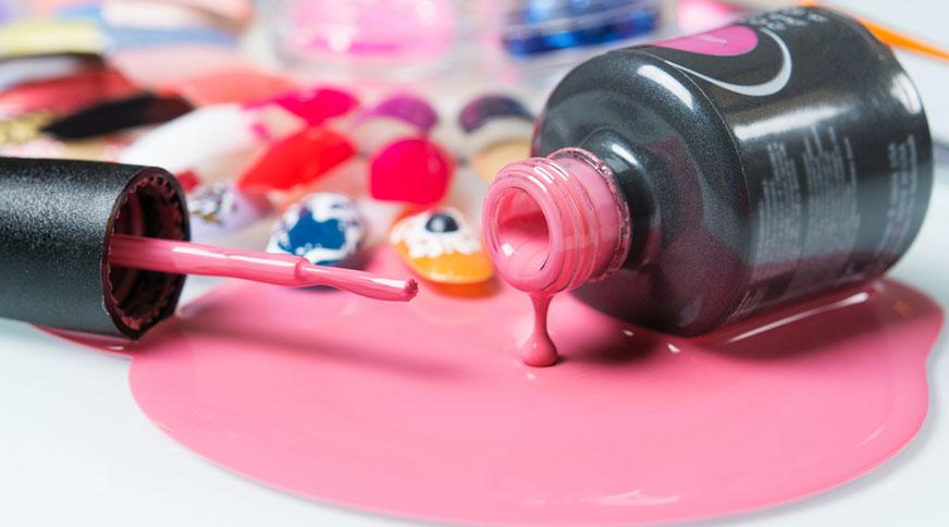 peachy pink nail polish - کدام رنگ لاک برای پوست شما در میهمانی جذاب تر است؟
