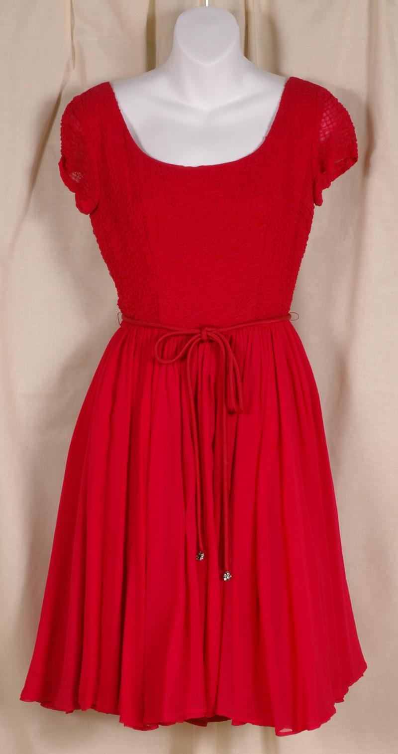 red dress 2 - آداب میزبانی و میهمانی در ضیافت شب یلدا بلندترین شب سال