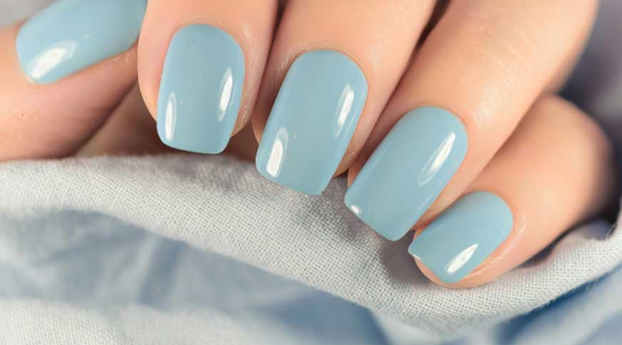 sky blue nail polish - کدام رنگ لاک برای پوست شما در میهمانی جذاب تر است؟