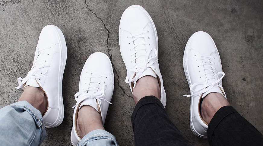 unisex white sneakers - پیشنهاد کفش مردانه برای تابستان و شرکت در میهمانی های تابستانه