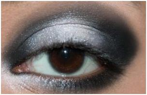 5 - برای مهمانی های دورهمی چگونه سایه چشم سفید و مشکی بزنیم که جذاب باشیم؟