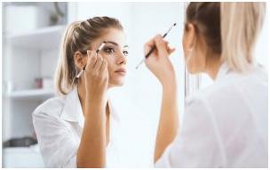 2 - ترفند آرایشی ساده برای بزرگ نشان دادن چشم ها