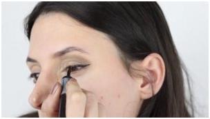 چ - آموزش آرایش چشم اسموکی برای مهمانی همراه با تصویر
