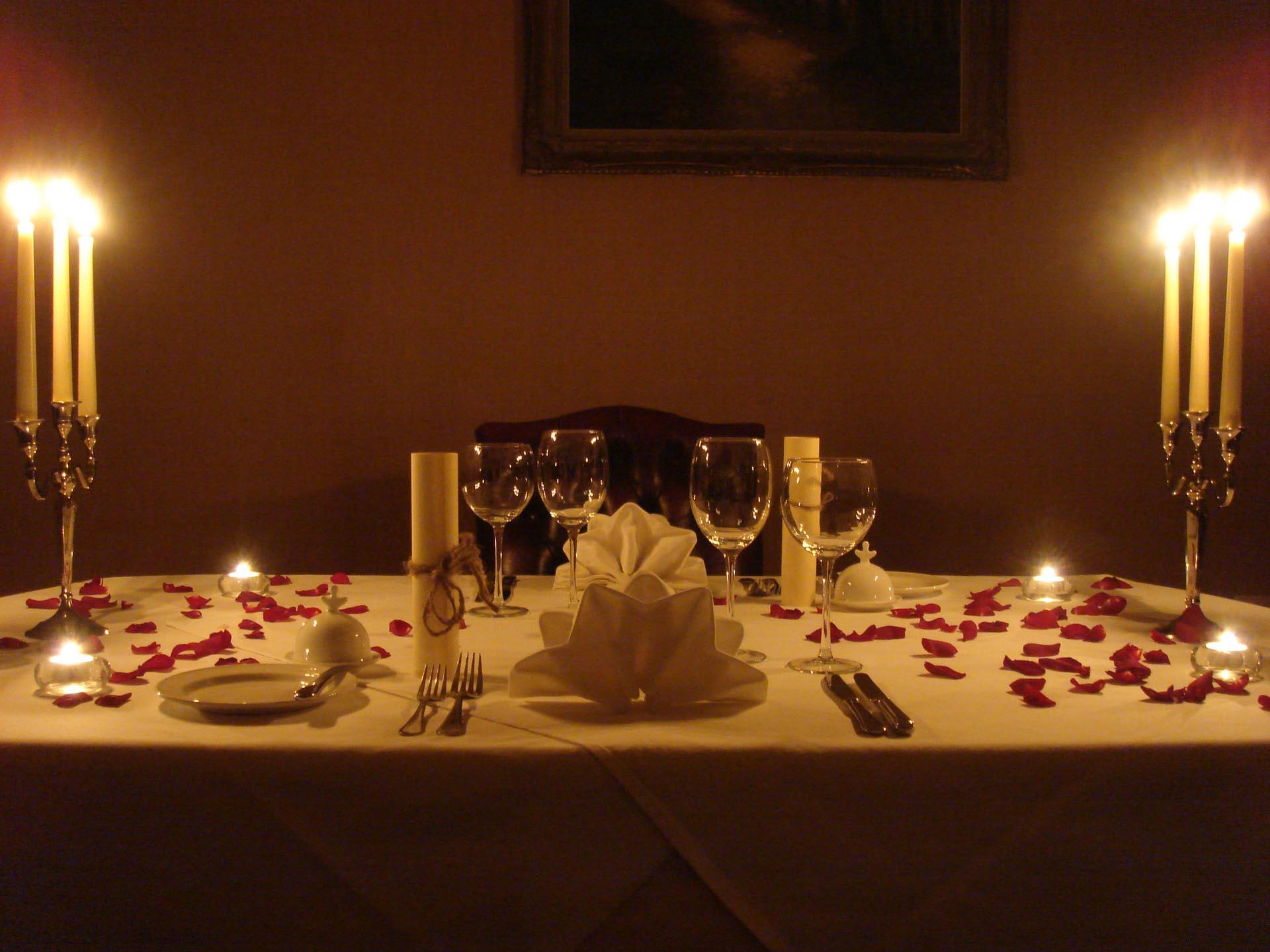 Candle light dinner - بهترین ایدهها برای هدیه روز تولد همسرتان
