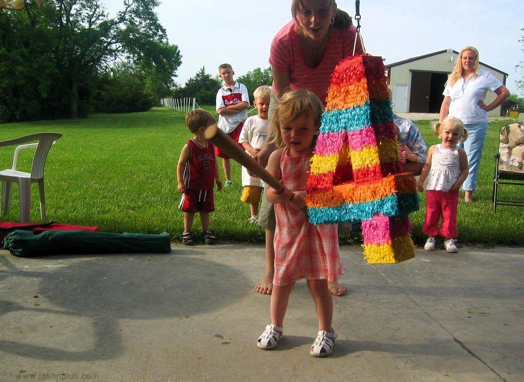 های کودکانه 12 - جشن تولد با بازی پیناتا؛ سرگرمی جالب کودکانه