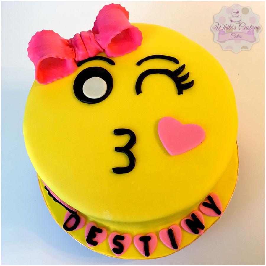 900 kiss emoji 969248BXOa7 - کیک تولد با تم کودکانه