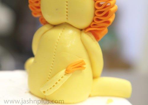 Step 12 Attach lions tail 500x357 - راهنمایی ساخت تاج کیک تولد به شکل شیر