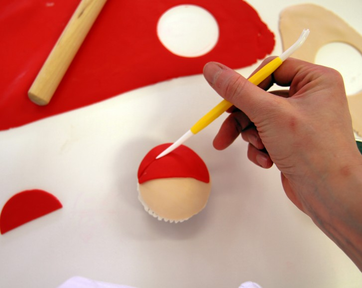 santacupcakej 727x577 - طرز تهیه کاپ کیک بابانوئل برای جشن های تولد