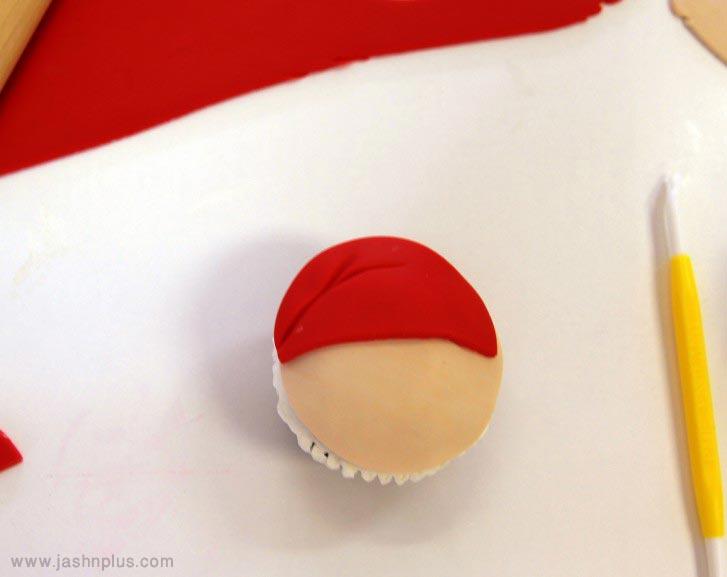 santacupcakek 727x577 - طرز تهیه کاپ کیک بابانوئل برای جشن های تولد