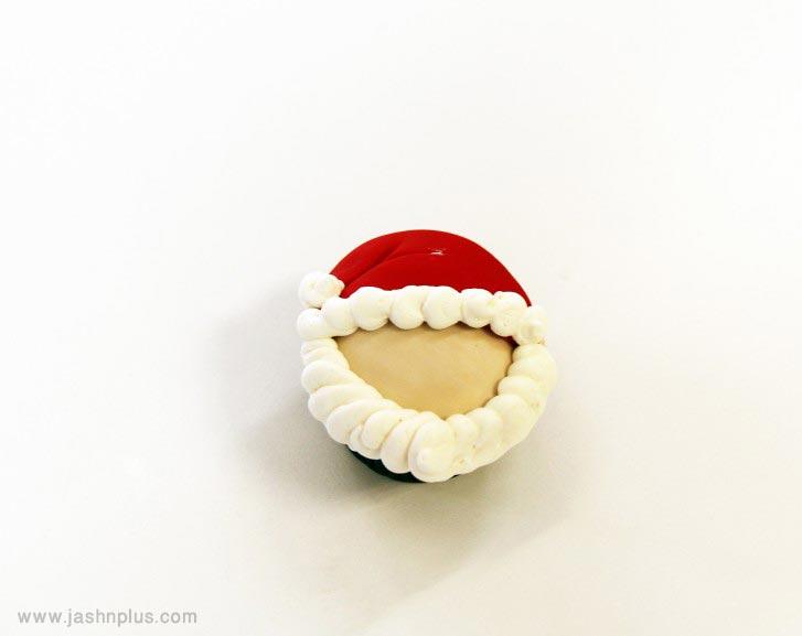 santacupcakeo 727x577 - طرز تهیه کاپ کیک بابانوئل برای جشن های تولد