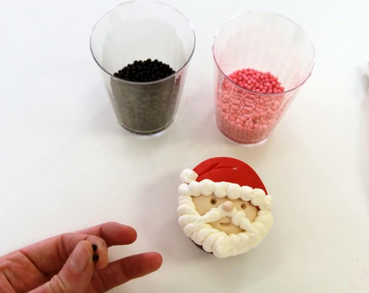 santacupcakew 727x577 - طرز تهیه کاپ کیک بابانوئل برای جشن های تولد