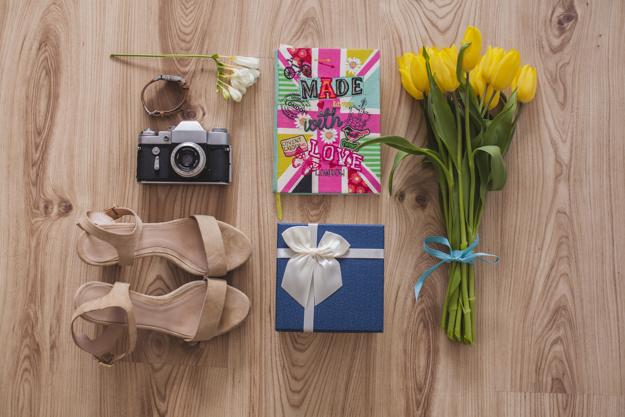set of objects ready for mother s day 23 2147623049 - بهترین هدیه جذاب برای خانم ها کدام است؟