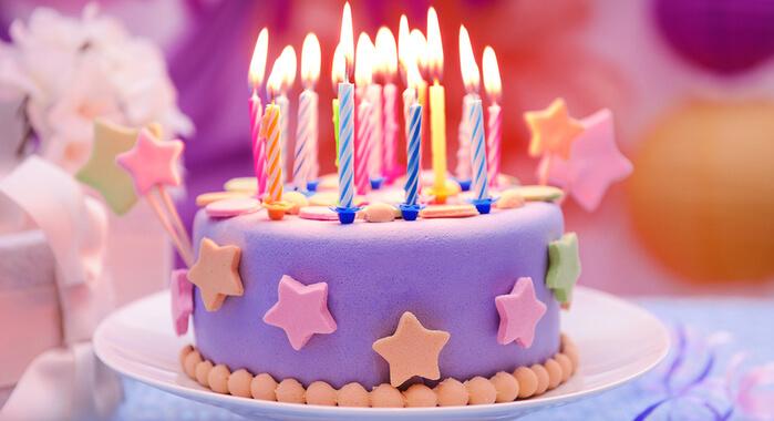 bigstock Delicious birthday cake on tab 78718583 - راه هایی برای برگزاری جشن تولدی بی دردسر